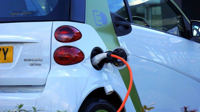 Elektromos autó töltése kábelen
