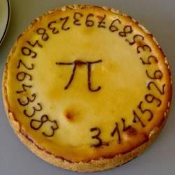 Sárga, kör alakú tortára emlékeztető pite a tetején a pí jelével és körben a 27 tizedesig pontos értékével